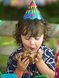 男孩喜欢吃生日蛋糕图片