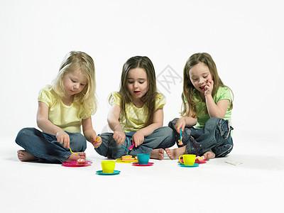 三个小女孩在吃蛋糕图片