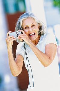 带相机的老年妇女图片
