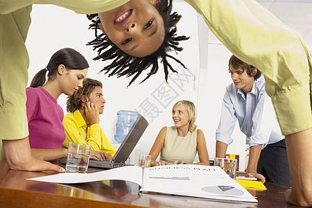 商务人士开会图片