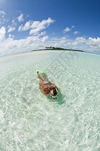 马尔代夫拉姆环礁卡德霍岛女子浮潜图片
