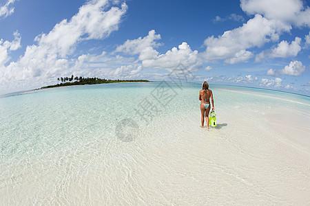 马尔代夫拉姆环礁卡德霍岛女性浮潜者图片