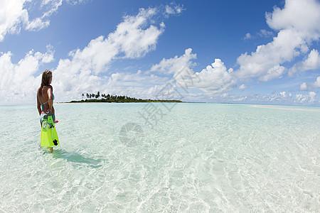 马尔代夫拉姆环礁卡德霍岛上的女性浮潜者图片