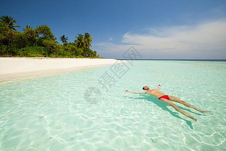 马尔代夫南胡瓦杜环礁Baughagello岛海上潜泳的男性图片