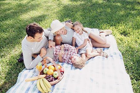 一家四口家庭野餐图片