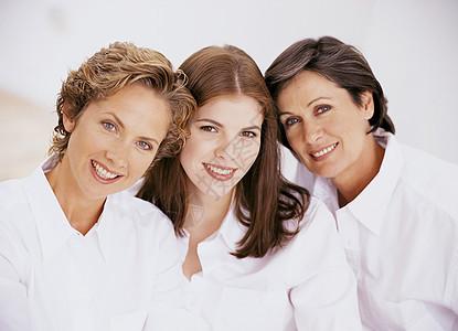 三位女性家庭成员的肖像图片