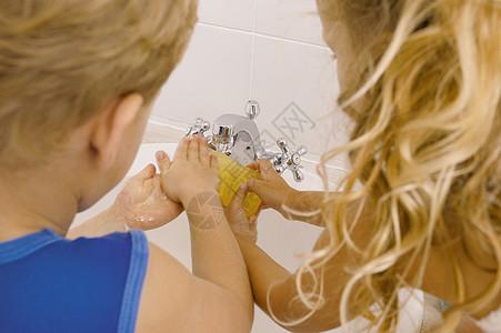 兄弟姐妹洗手图片