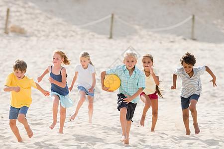 孩子们跑过海滩图片