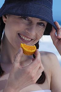 吃橘子片的女人图片