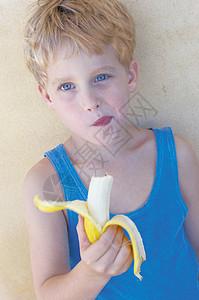 男孩吃香蕉图片