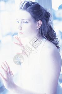 窗口的女人图片