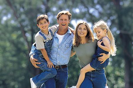 爸爸妈妈和孩子合影图片