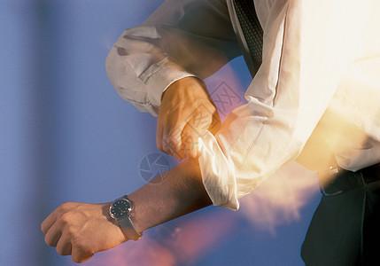 卷起袖子的男人图片