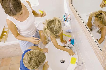 一家人一起洗漱图片