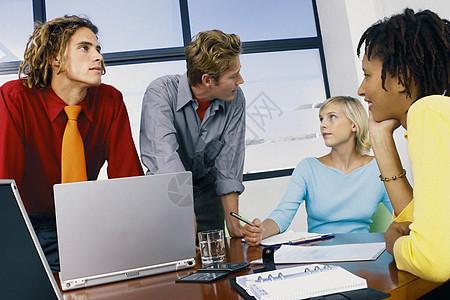 商务人士一起开会图片