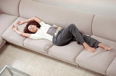 躺在沙发上睡觉的女孩图片