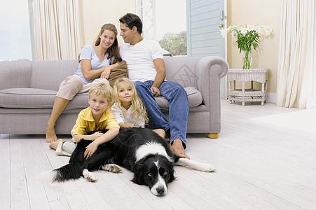 一家人在客厅图片