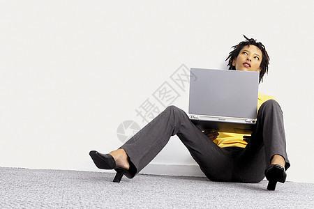 带笔记本电脑的女商人图片