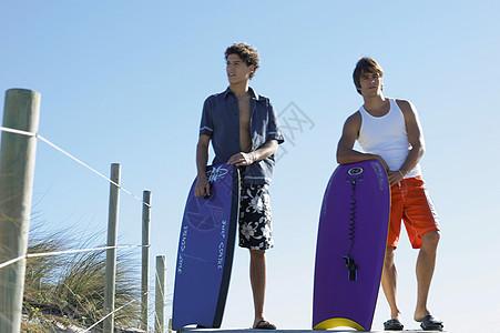 拿着冲浪板的男人图片