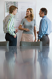 讨论计划的同事图片