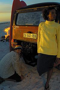 海滩上的人图片