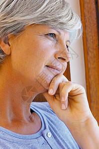 沉思的女人图片