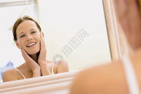 镜子前的女孩图片