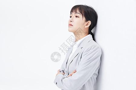 职场女性靠墙哭泣图片