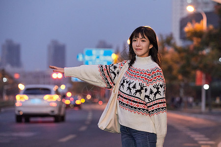 年轻美女路边打车图片