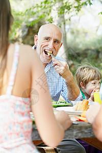 吃东西的人图片