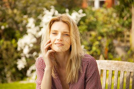 花园椅上美丽的女子图片