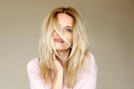 金发中年妇女的肖像图片