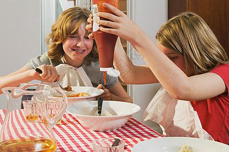 餐桌上吃东西女孩图片