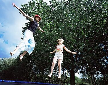 跳蹦床的女孩图片