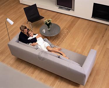 躺在沙发上的夫妇图片