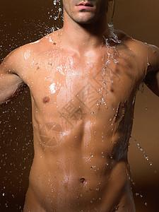 男子淋浴图片