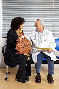 年轻女子与医生交谈图片