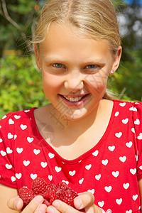年轻女孩在户外微笑图片