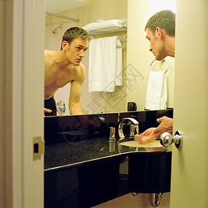 男人在卫生间洗手图片