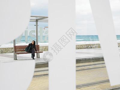 在车站等车的女人图片