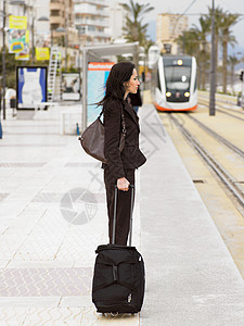 车站候车的妇女图片