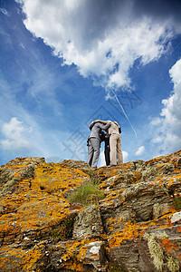 在悬崖上挤作一团的商人图片