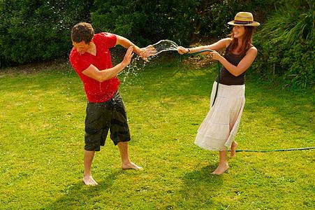 女人用花园水龙头喷男人图片