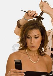 穿黑衣服的女人检查手机图片
