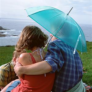 撑伞的情侣图片