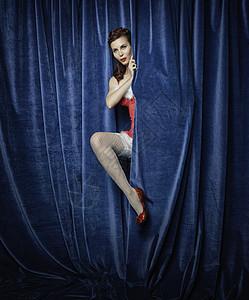 从窗帘后面出现的舞蹈演员图片