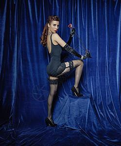 拿着鞭子的滑稽舞蹈演员图片