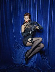 拿着蕾丝扇子的滑稽舞蹈演员图片