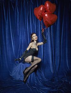 拿着红色心形气球的舞蹈演员图片