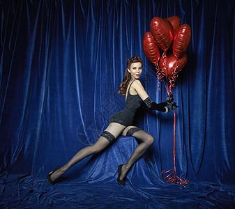 拿着红色心形气球的蹈演员图片